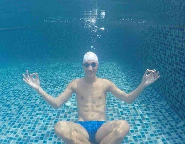 assis sous l'eau vider les poumons